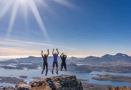 Tre som hopper på Breitind i Nordland