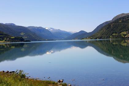 utsikt mot innsjø med fjell i bakgrunnen