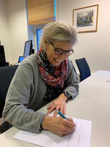 Generalsekretær Marie Modal signerer kontrakten