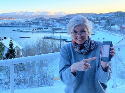 Generalsekretær Marie Modal viser frem den nye appen